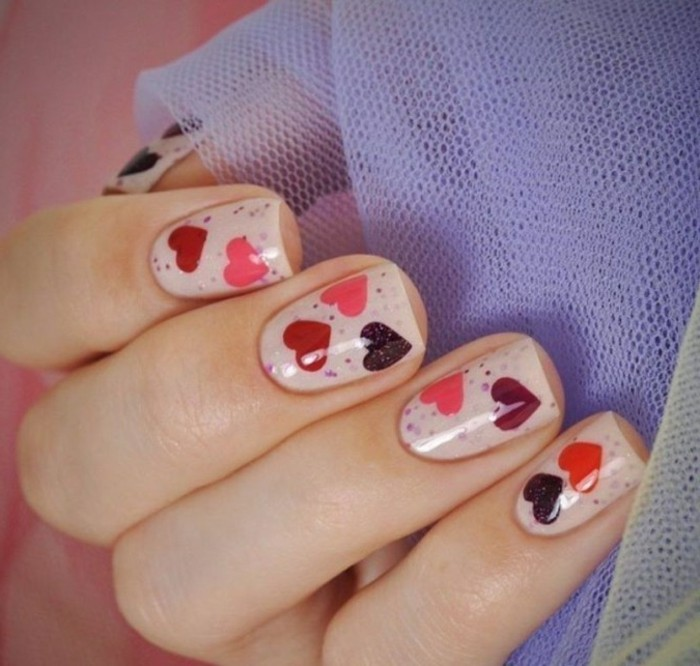 dessin-sur-ongle-vernis-nude-deco-valentin-coeurs-rouge-rose-points