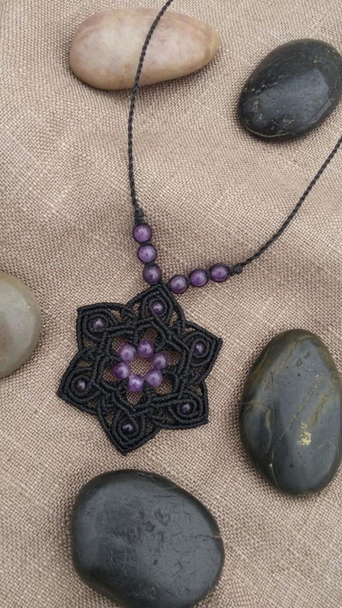 macramé technique, collier noir, perles violettes, petites pierres décoratives, diy macramé