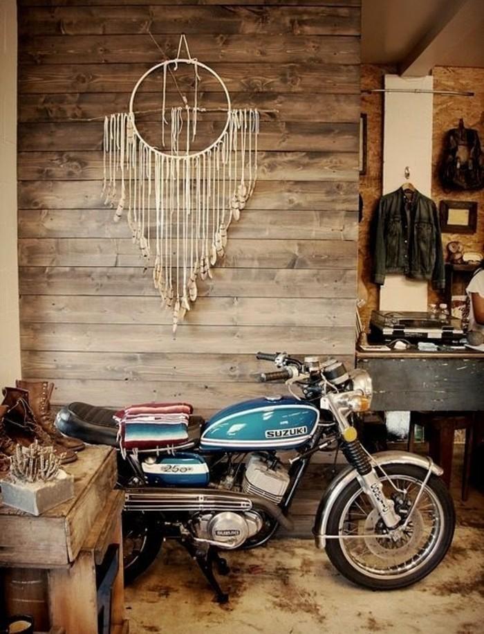 macramé technique, moto, meuble en bois, déco beige, veste en cuir noir, diy macramé