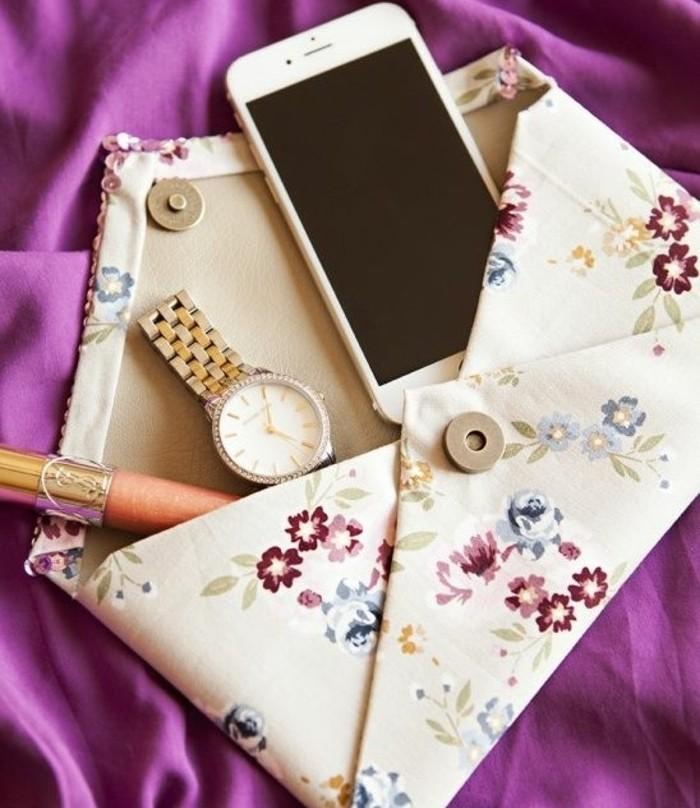 diy-pochette-a-motifs-floraux-facile-a-fabriquer-modele-pochette-femme-accessoire-diy-à-combiner-avec-sa-tenue