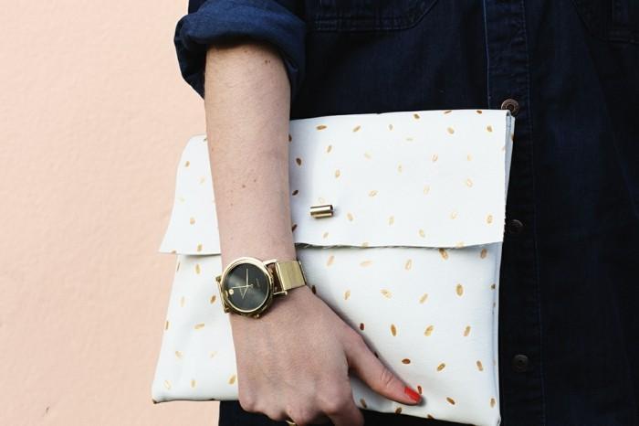 diy-pochette-blanche-à-motifs-dorés-une-fermeture-intéressante-idée-comment-faire-une-pochette-soi-meme-accessoire-sac-femme-stylé