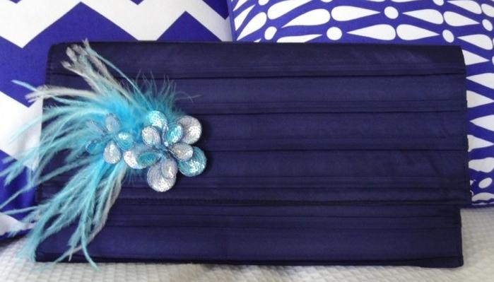 diy-pochette-bleu-indigo-decoration-de-fleurs-en-bleu-ciel-et-teinte-argent-idée-pochette-de-soirée-élégante