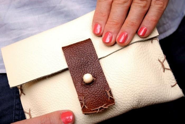 diy-pochette-en-cuir-blanc-cassé-et-fermeture-marron-modele-de-pochette-femme-à-coudre