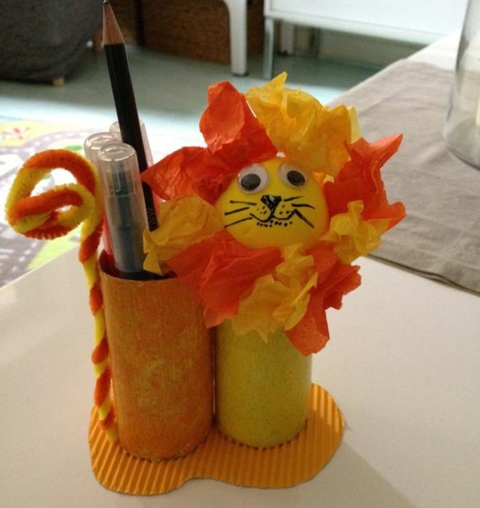 diy-rouleau-papier-toilette-des-rouleaux-recyclés-et-transformés-en-organisateur-de-bureau-diy-motif-lion-comment-faire-un-pot-a-crayon-pour-décorer-un-bureau-enfant