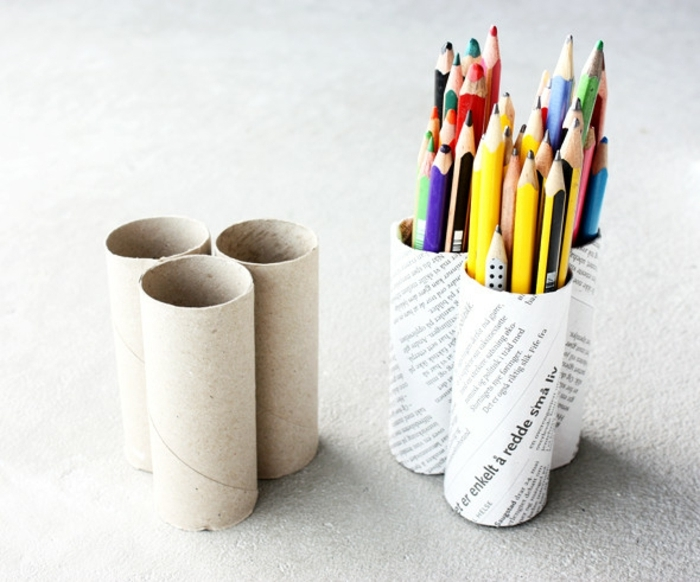 diy-rouleau-papier-toilette-enveloppé-de-papier-journal-idée-pour-fabriquer-un-pot-à-crayon-pour-les-crayons-en-couleur