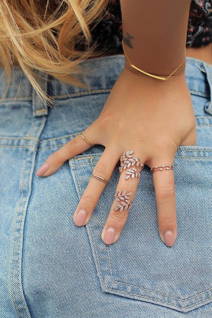 une bague phalange florale combinée avec fins anneaux et bracelet délicat