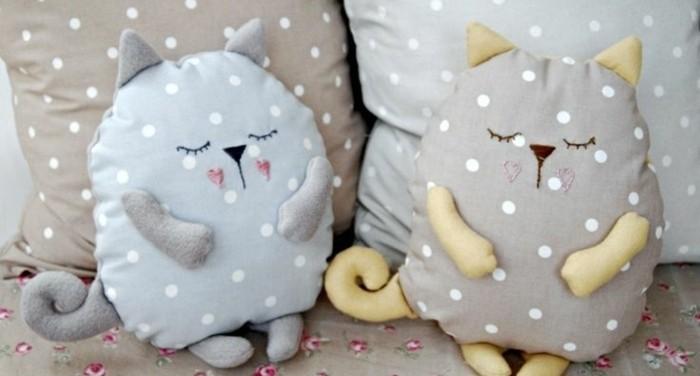 doudou-a-faire-soi-meme-chat-gris-et-chat-bleu-à-motifs-points-modele-de-doudou-chat-diy-