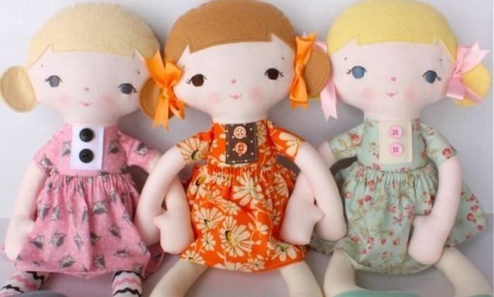doudou-a-faire-soi-meme-des-poupées-diy-pour-petite-princesse-des-robes-multicolores-motifs-floraux-et-rubans-parement-cheveux