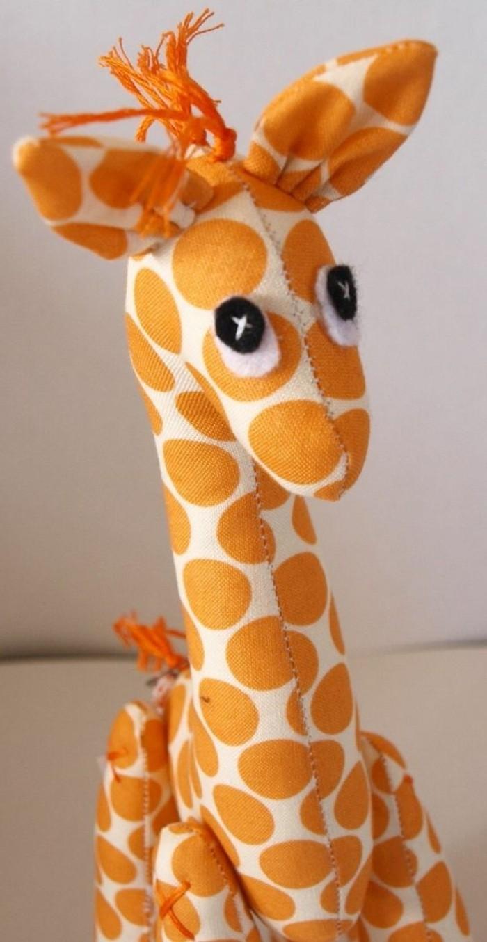doudou-a-faire-soi-meme-une-girafe-a-offrir-a-un-enfant-idée-comment-faire-un-doudou-original-grand-taille