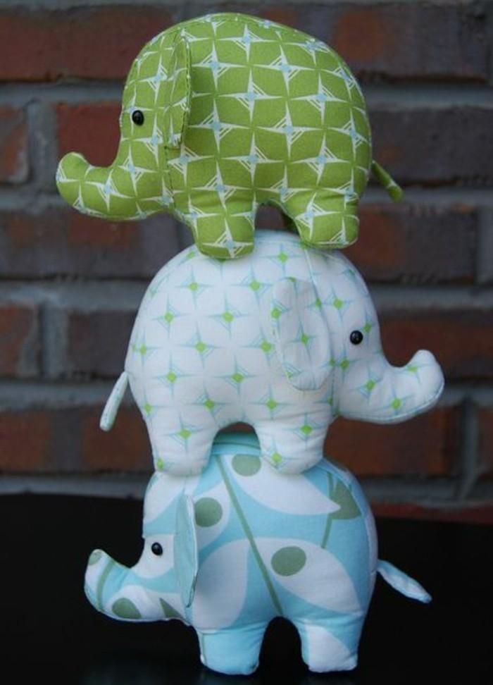 doudou-elephant-a-motifs-differents-petits-elephants-patron-simple-modele-de-doudou-petit-oreiller-à-offrir