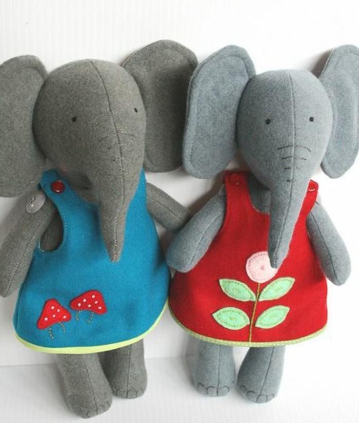 doudou-elephant-fait-maison-des-elephants-gris-faciles-a-fabriquer-vetement-robe-rouge-et-robe-bleue-a-motifs