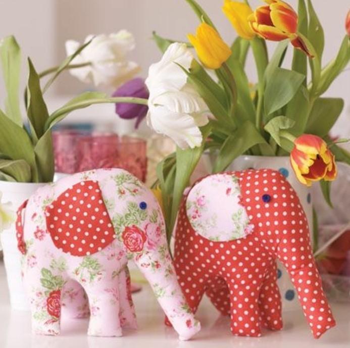 doudou-elephant-un-elephant-rouge-à-points-blancs-et-un-elephants-a-fleurs-idée-doudou-fait-maison-coloré