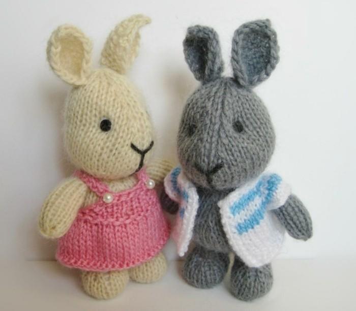 doudou-fait-maison-patron-lapin-blanc-et-un-lapin-en-gris-garcon-et-fille-robe-rose-et-pardessus-blanc-à-rayures-bleus