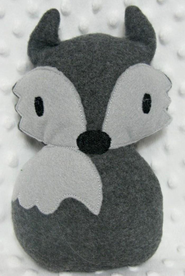 doudou-fait-maison-renard-en-gris-clair-et-gris-foncé-idée-comment-fabriquer-un-doudou-plat-petit-coussin