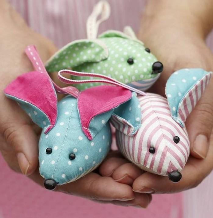doudou-souris-miniature-en-tissu-à-points-et-à-rayures-idée-de-doudou-a-faire-soi-meme-un-petit-jouet-enfant
