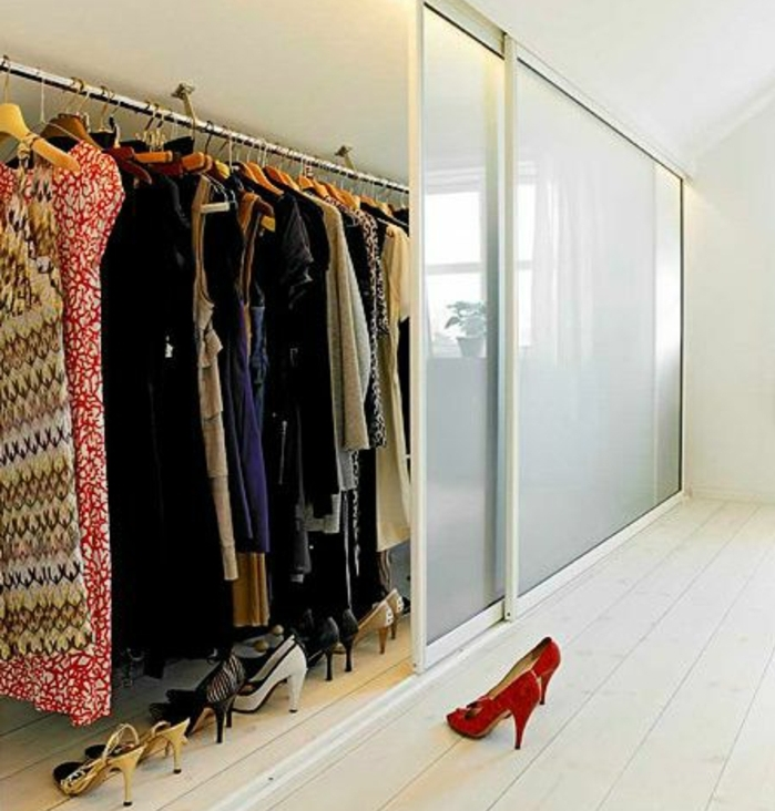 dressing sous pente avec une porte coulissante en verre, des robes, chaussures, penderie, parquet clair