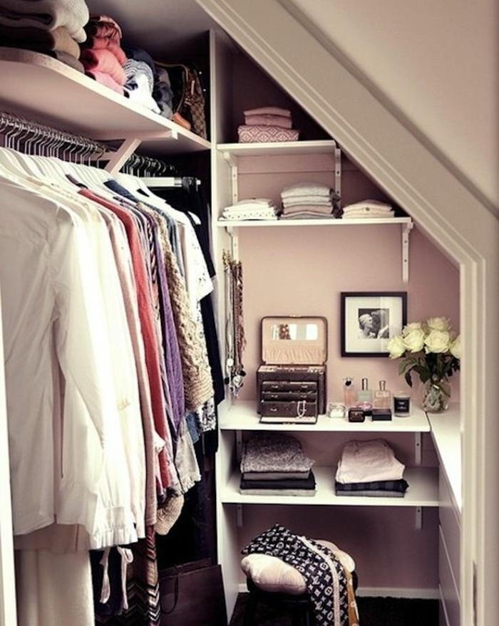 idée comment aménager un petit dressing, une espace séparée avec coiffeuse, penderie, boîte à bijoux, étagères, rangement sous pente