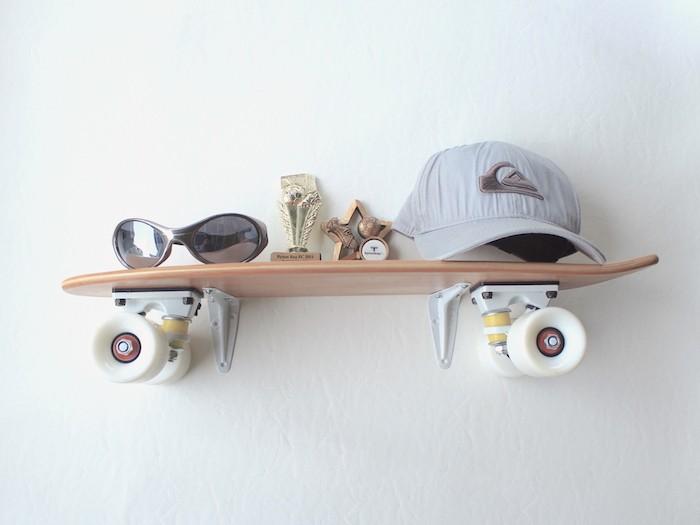 étagères murales mini skate en bois idée deco planche mur