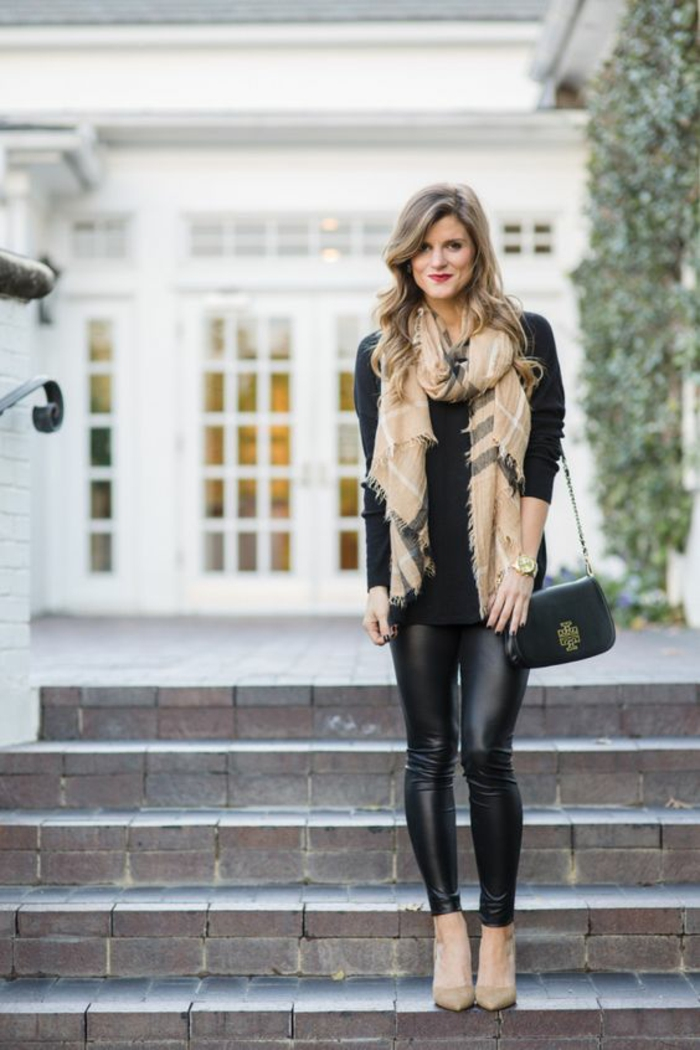 escarpins-beiges-legging-en-cuir-large-foulard
