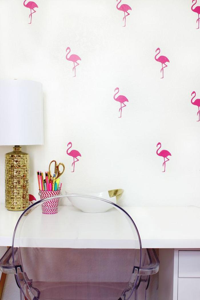 espace-bureau-créatif-chaise-transparente-papier-peint-mural-flamant-rose