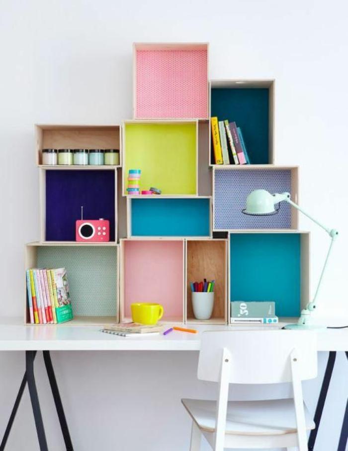 espace-bureau-original-étagères-en-caisses-chambre-ado-créative