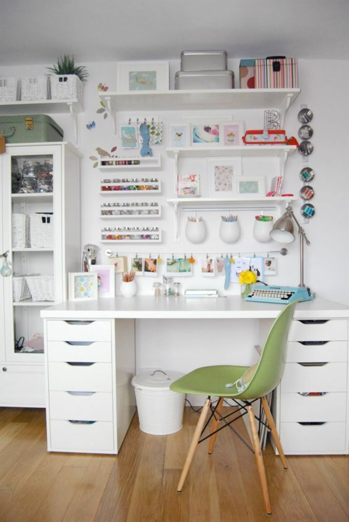 espace-créatif-chambre-ado-fille-déco-blanche-chaise-scandinave