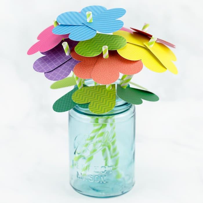 activité manuelle avec pailles et papier coloré pour fabriquer des fleurs de papier simples, bricolage maternelle printemps et fete des meres