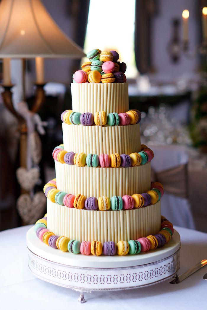 macarons colorés pour decorer un gateau à plusieurs étages, gâteau de mariage simple et original