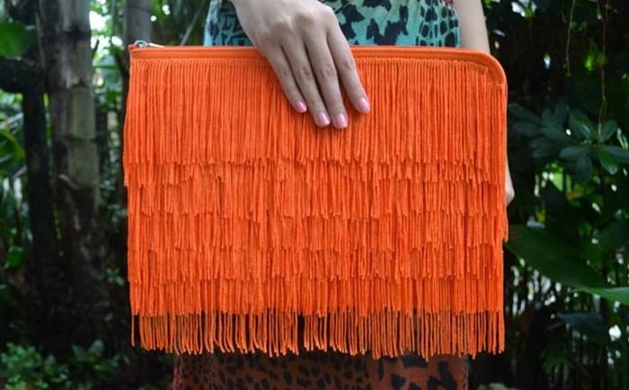 exemple-de-pochette-a-frange-couleur-orange-diy-accessoire-pochette-de-soirée-femme-à-combiner-avec-une-tenue-chic