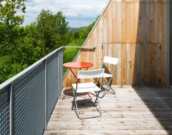 petite terrasse tropézienne simple, chaises pliantes en métal, petite table rouge, modèle de terrasse en bois