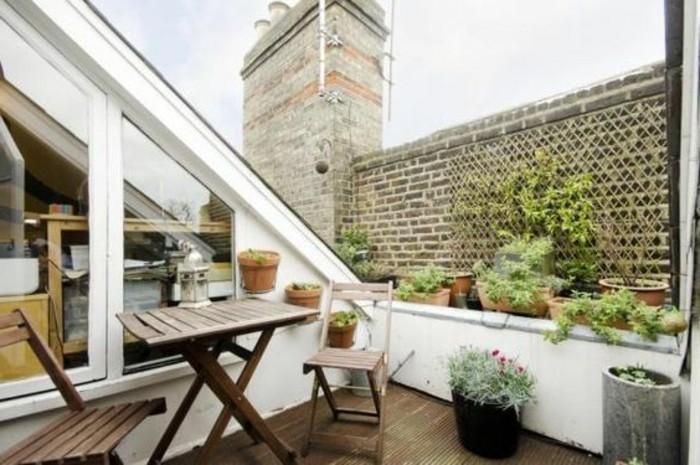 exemple de terrasse tropézienne, chaises et table en bois, pots de fleurs, plantes, terrasse composite, combles