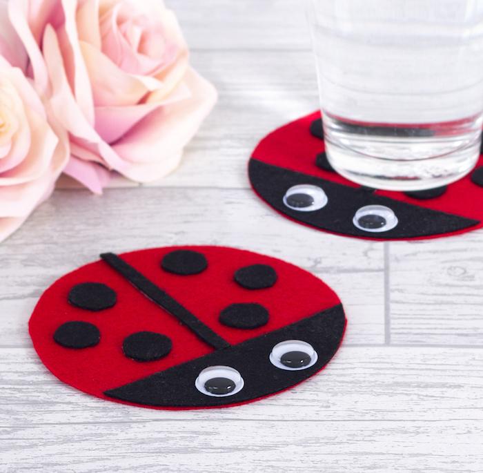 dessous de verre en feutrine rouge et noir avec des yeux mobiles, motif coccinelle, activité manuelle maternelle facile petite section