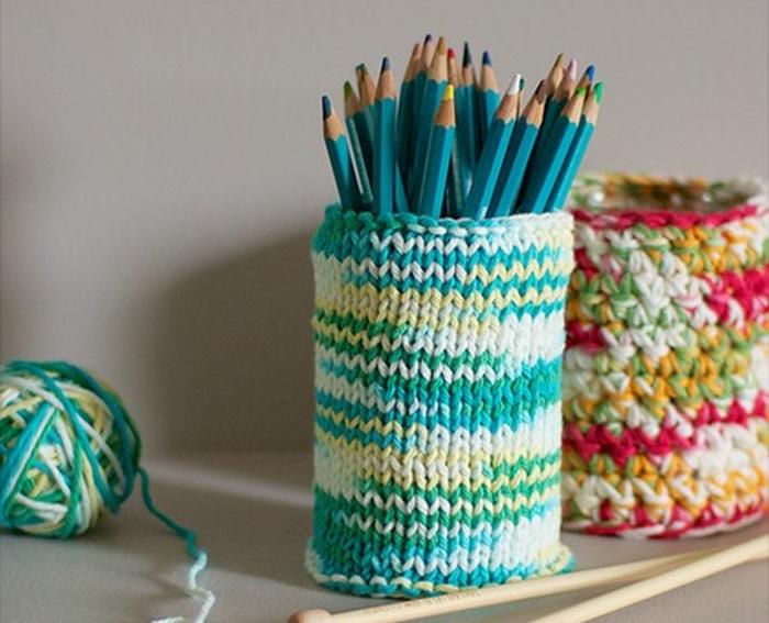 fabriquer-un-pot-à-crayon-en-laine-a-couleurs-diverses-idée-activité-créative-adulte-rangement-pour-crayons-et-stylos-diy