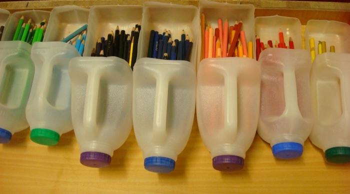 fabriquer-un-pot-à-crayon-idée-rangement-pour-vos-crayons-en-couleur-boites-de-jus-en-plastique