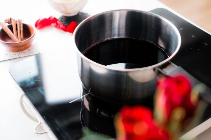 faire chaiuffer du vin rouge pour réaliser des poires pochées faciles pour votre repas romantique simple