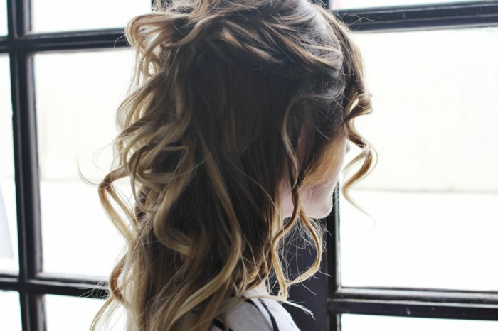 faire-des-boucles-avec-un-lisseur-coiffure-cheveux-meches-marron-et-blond