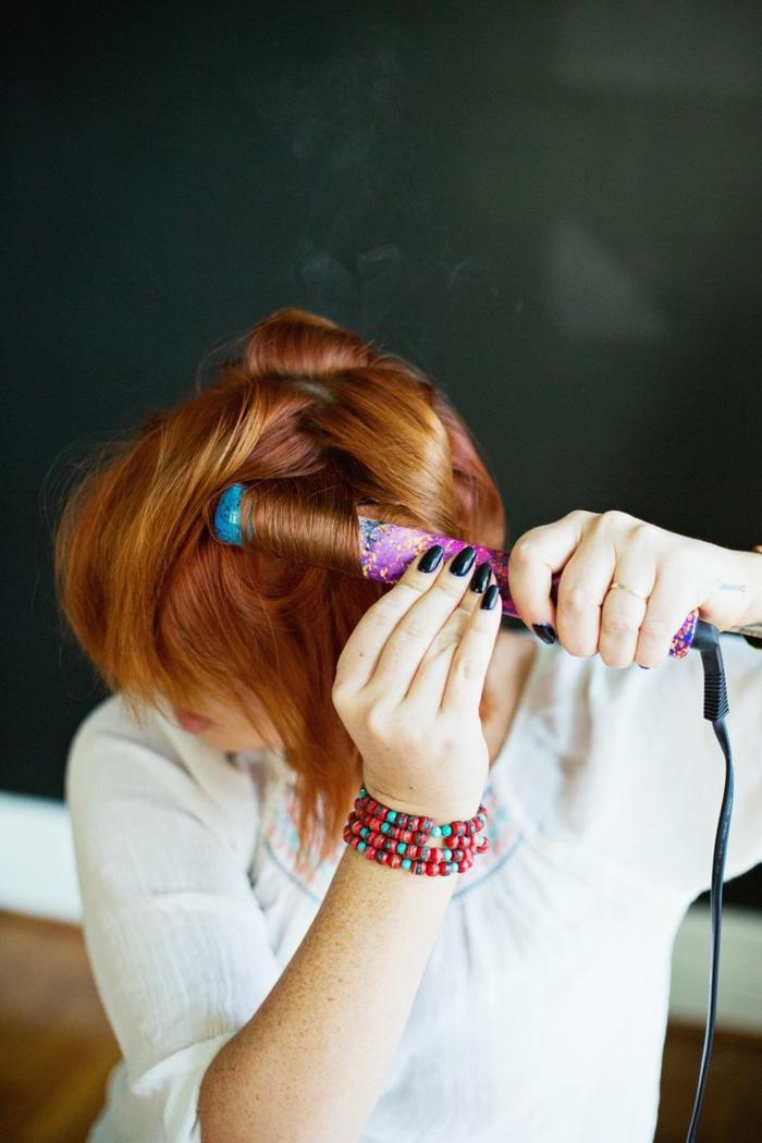 faire-des-boucles-avec-un-lisseur-tuto-cheveux-cuivré-manucure-noire-bracelet-multicolore