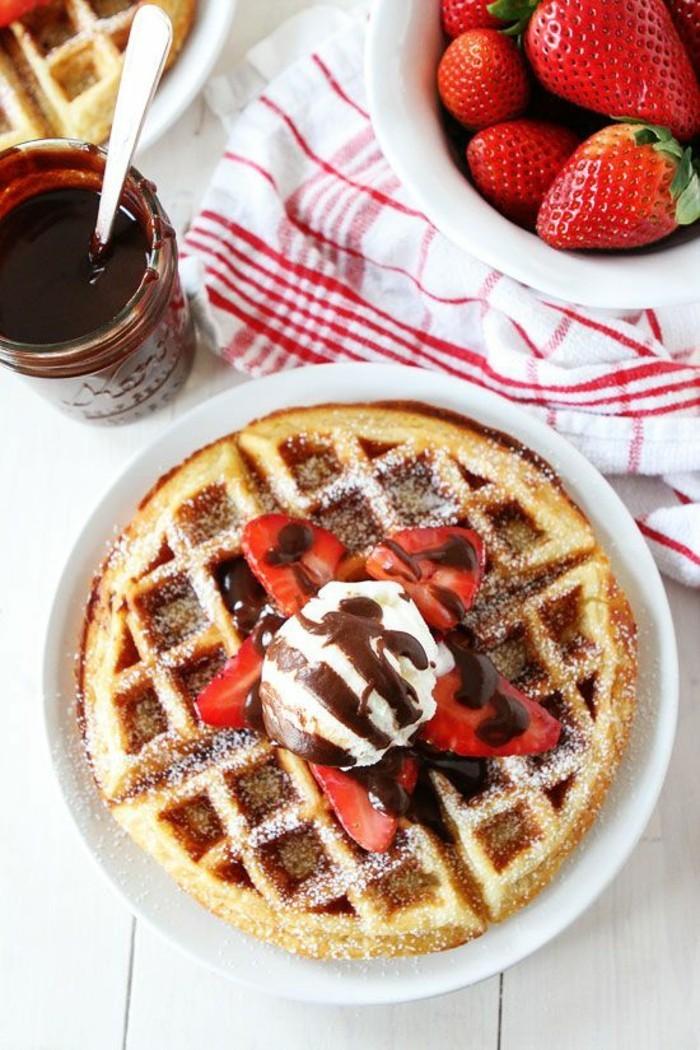 recette pâte à gaufre préparée à l'avance, gaufres savoureuses aux fraises et à la sauce chaude au chocolat