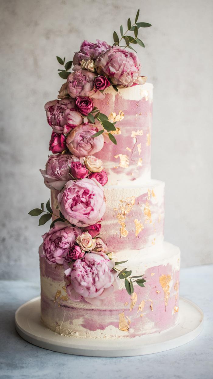 guirlande de fleurs fraiches rose pour decorer gateau de mariage en rose et blanc avec motifs dorés simples