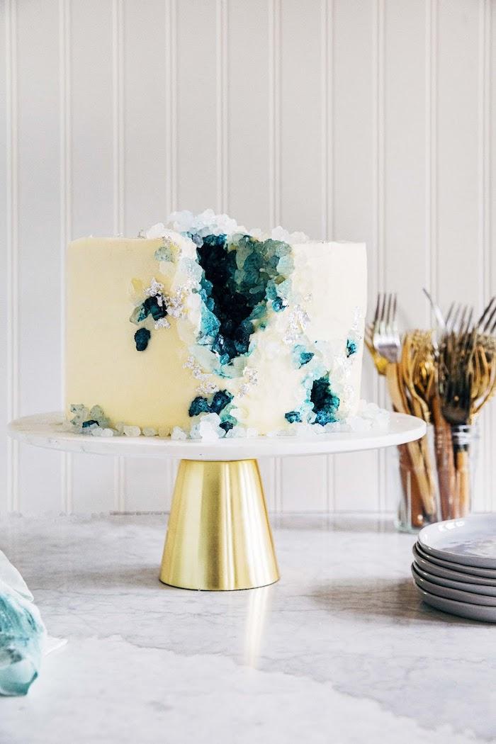 exemple de gateau geode couleur blanche avec interieur couleur bleu de vert, gateau idee annoversaire homme