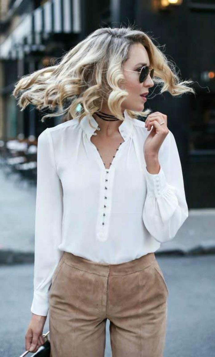 Le collier bleu ou collier ras de cou argent femme chemise blanche