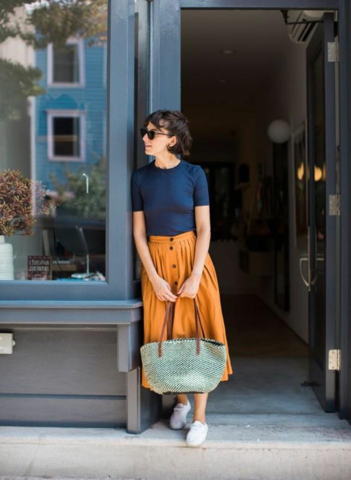fashion-tenu-décontracté-femme-tenue-simple-et-chic-jupe-et-tee-shirt
