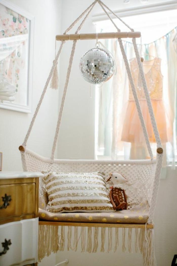 fauteuil-suspendu-déco-chambre-ado-fille-coussin-glamour
