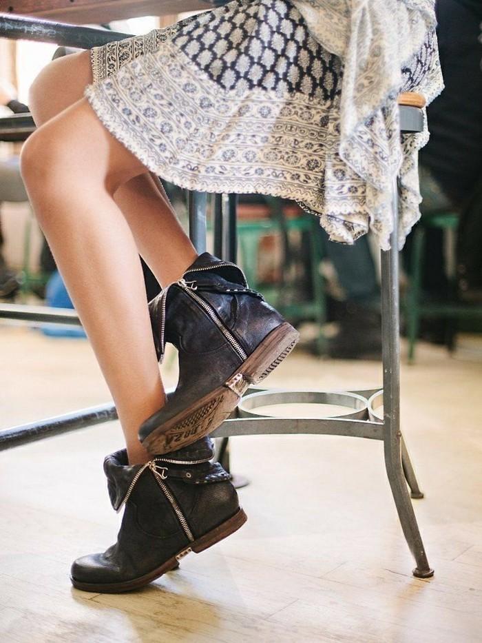 comment porter des bottines, robe blanche à décoration foncée, modèle chaussures noires