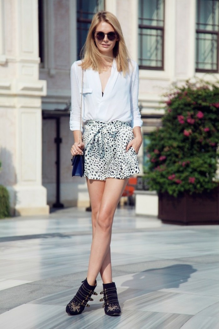 comment porter des bottines, chemise blanche, lunettes de soleil, cheveux blonds