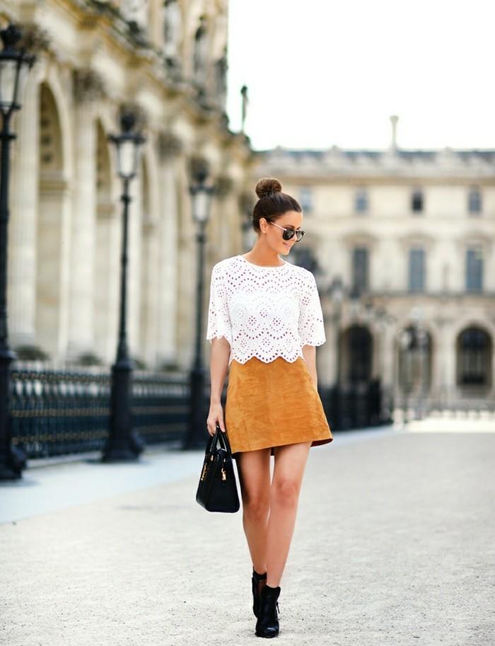 tenue avec bottines, jupe velours jaune, chemise blanche sans manches, lunettes de soleil