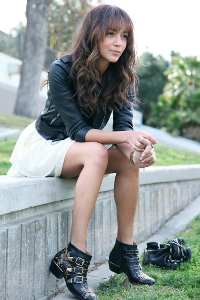 robe bottine, jupe tutu blanche, coiffure avec frange, veste en cuir noir
