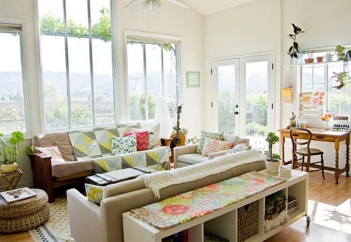aménager son salon, tapis beige, murs blancs, grandes fenêtres, plantes vertes