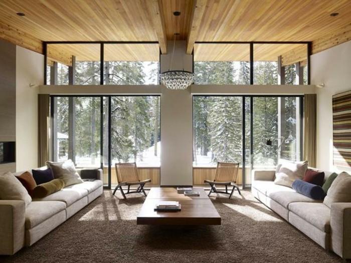 feng shui facile, plafond en bois, grandes fenêtres, canapés blancs, chaises en paille