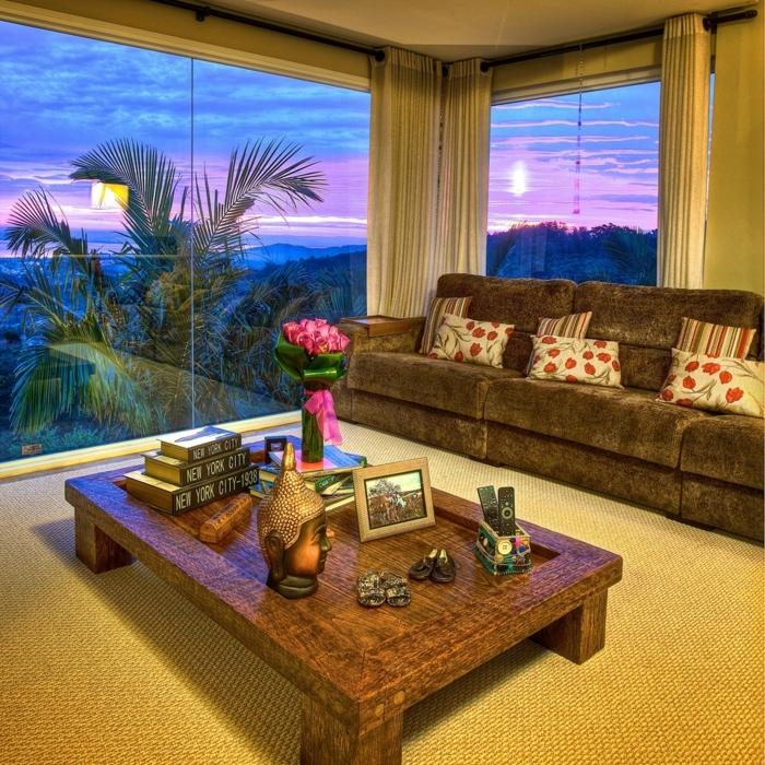 decoration zen, grandes fenêtres, plantes tropicales, meuble en bois, rideaux longs